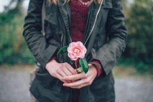 porta con te una rosa